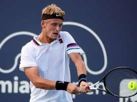 Nicola Kuhn de España en acción ante Mischa Zverev de Alemania este miércoles en un juego del Abierto de Tenis de Miami, FL (EE.UU.). EFE