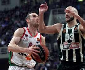 Nick Calathes (d) de Panathinaikos disputa un balón con Marcelinho Huertas (i) de Baskonia Vitoria Gasteiz en un partido de la Euroliga de Baloncesto entre Panathinaikos y Baskonia Vitoria Gasteiz en OAKA en Atenas (Grecia). EFE