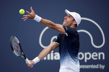 El tenista argentino Leonardo Mayer realiza un saque ante el sueco Mikael Ymer durante su partido correspondiente al Abierto de Miami que se ha celebrado este jueves en Florida, Estados Unidos. EFE