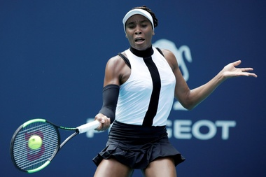 La tenista estadounidense Venus Williams devuelve una bola a la eslovena Dalila Jakupovic durante un partido del Abierto de Miami que enfrentó a ambas este jueves en Florida (Estados Unidos). EFE