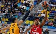 El alero estadounidense del Olympiacos, Zach LeDay (d), intenta encestar ante la defensa del jugador del Herbalife Gran Canaria, Jacob Wiley, durante el partido de Euroliga disputado en Las Palmas de Gran Canaria. EFE