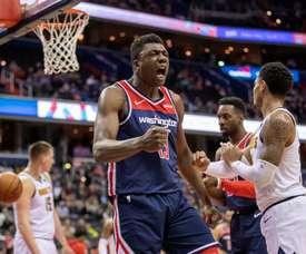 Thomas Bryant (c) de los Wizards reacciona durante el juego de baloncesto de la NBA entre los Denver Nuggets y los Washington Wizards en CapitalOne Arena en Washington, DC, EE. UU., el 21 de marzo de 2019. EFE