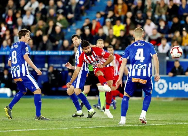 Diego Costa no pudo terminar el partido por unas molestias. EFE