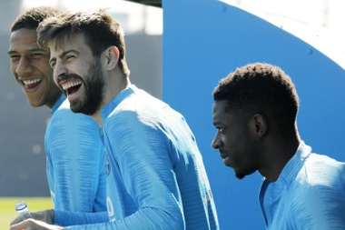 The particular 'strike' of Piqué and Dembele. EFE/Archivo