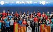 El presidente de la Fundación Trinidad Alfonso, Juan Roig (c) junto a los deportistas del Proyecto FER (Foment dEsportistes amb Reptes) durante la presentación hoy en València. EFE