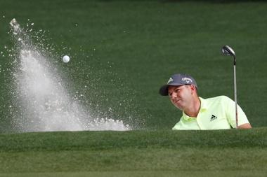 El golfista español Sergio García golpea la bola en el segundo hoyo durante la jornada inaugural del torneo The Masters 2019 este jueves, en el club de golf Augusta, en Georgia (Estados Unidos). EFE