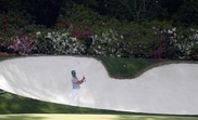 El español Rafa Cabrera Bello golpea la pelota en el decimotercer hoyo este jueves durante la primera ronda del Masters de Augusta 2019, en el Augusta National Golf Club, en Augusta, Georgia (EE. UU.). El campeonato se realiza del 11 al 14 de abril de 2019. EFE