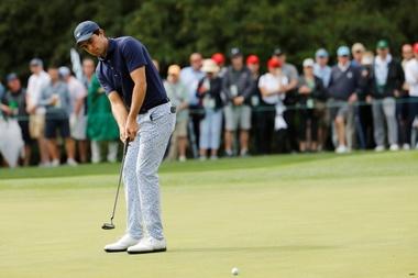 El estadounidense Brooks Koepka camina en el decimoséptimo hoyo este jueves durante la primera ronda del Masters de Augusta 2019, en el Augusta National Golf Club, en Augusta, Georgia (EE. UU.). EFE