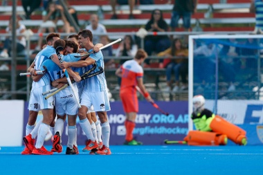 Los Leones argentinos, vigentes campeones olímpicos, sufrieron para derrotar por 4-3 a Nueva Zelanda en una nueva jornada de la FIH Pro League de hockey hierba, en su primera edición. EFE/Archivo