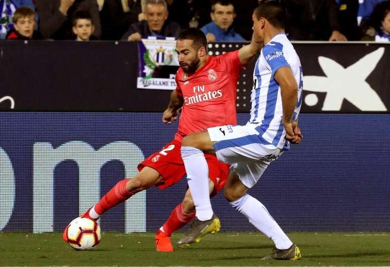 El defensa del Real Madrid Dani Carvajal (i) pelea un balón con el defensa argentino del Leganés Jonathan Silva durante el partido de La Liga que se disputa en el estadio municipal de Butarque en Leganés. EFE