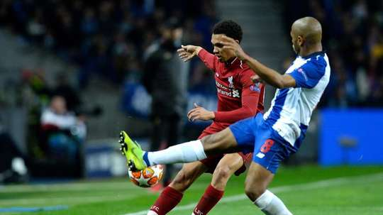 Everton are in the hunt to sign Brahimi (r). EFE