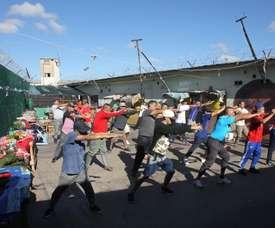 Un grupo de presos de la cárcel San Martín de Buenos Aires (Argentina) fue registrado al participar de una clase de taichí, en el pabellón 11 del penal. EFE