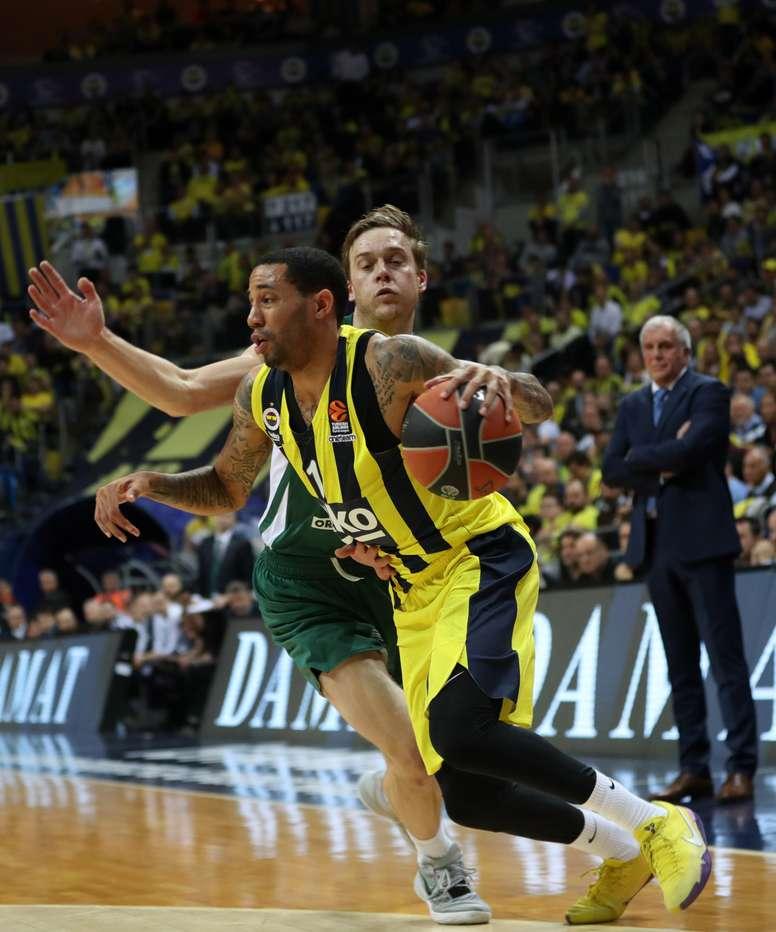 El jugador del Fenerbahce Erick Green (delante) pelea por el balón con el jugador del Zalgiris Kaunas Nate Wolters, durante el segundo partido de la eliminatoria previa a la Final Four de la Euroliga, disputado en Estambul (Turquía). EFE