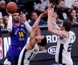 Gary Harris (izq) de Denver Nuggets en acción ante la defensa de JBryn Forbes (c) y Jakob Poeltl (dcha) de San Antonio Spurs durante un partido de baloncesto de Playoffs de la NBA entre Denver Nuggets y San Antonio Spurs disputado este jueves en el AT&T Center de San Antonio, Texas (EE.UU.). EFE
