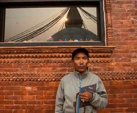 El alpinista nepalés Kami Rita Sherpa, de 48 años, participa en las oraciones matutinas en Bauddhanath Stupa durante una oración matutina en Katmandú (Nepal). EFE/Archivo