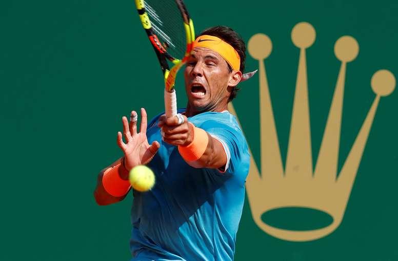 El tenista español Rafael Nadal devuelve la bola al argentino Guido Pella, durante el partido de cuartos de final del torneo Masters 1.000 de Montecarlo disputado en Roquebrune-Cap-Martin (Francia). EFE