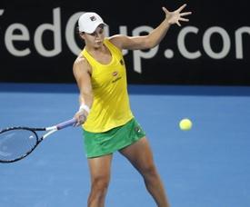 La australiana Ashleigh Barty disputa una bola con la bielorrusa Victoria Azarenka, hoy en Brisbane. EFE