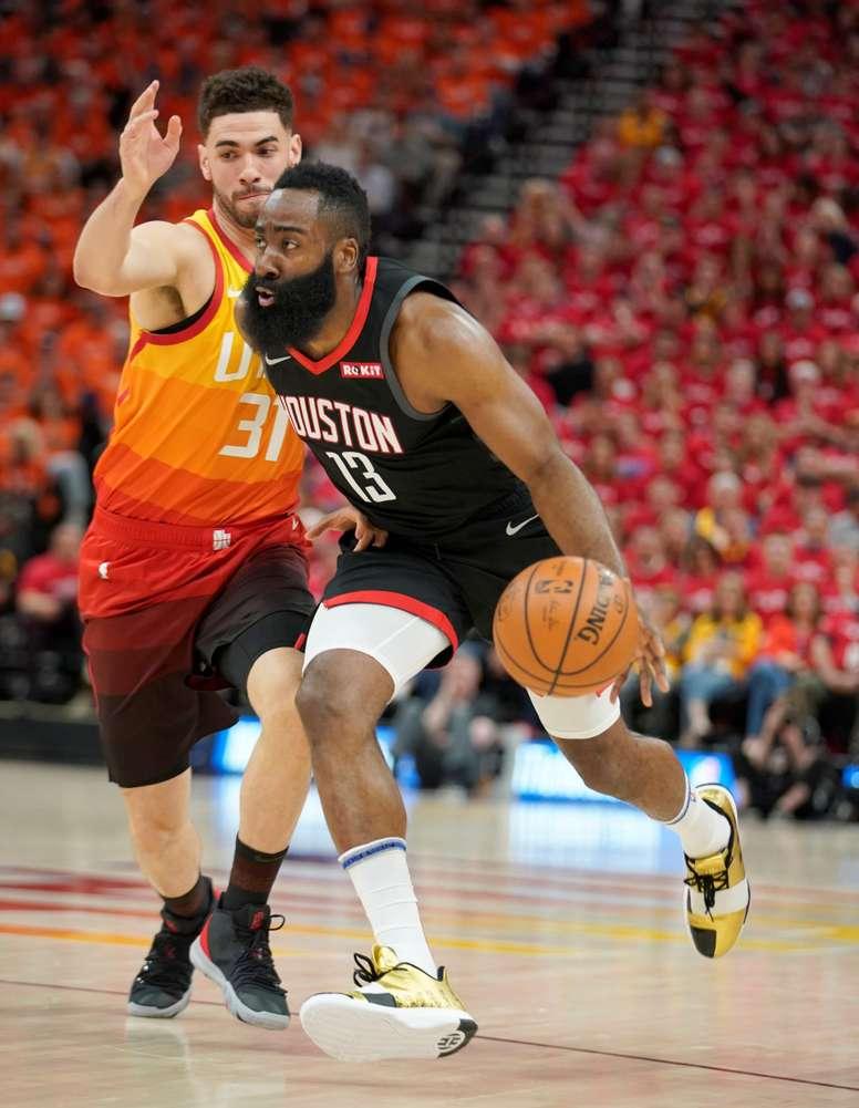 El escolta de los Houston Rockets, James Harden (d), está en acción contra el delantero del Utah Jazz Georges Niang (i), en un partido de la NBA de la primera ronda del juego 3 entre Utah Jazz y Houston Rockets, en el Vivint Smart Home Arena en Salt Lake City, Utah, EE. UU., el 20 de abril de 2019. EFE