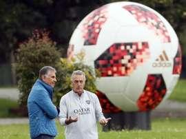 Boca se entrenó con la compañía de Queiroz. EFE