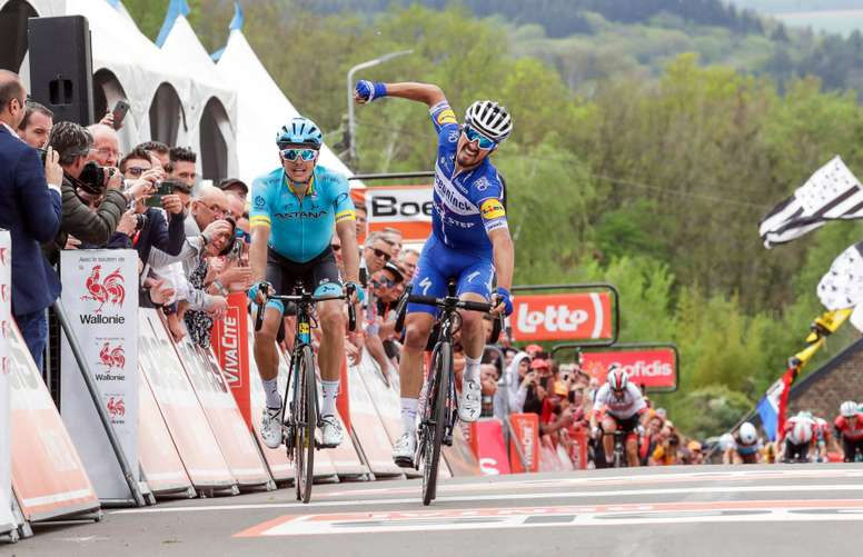 El ciclista francés Julian Alaphilippe (c) del equipo Deceuninck Quick Step celebra su victoria en la 83 edición de la Flecha Valona, disputada entre Ans y el Muro de Huy con un recorrido de 195 kilómetros, este miércoles en Huy (Bélgica). EFE
