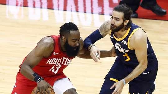 El escolta de los Jazz de Utah, Ricky Rubio de España (d), en acción contra el escolta de los Houston Rockets, James Harden (i), en el partido de baloncesto de la NBA entre el Utah Jazz y los Houston Rockets. EFE
