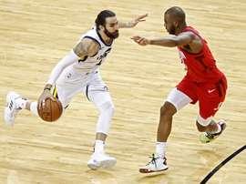 El español Ricky Rubio (i) de Utah Jazz disputa el balón con Chris Paul (d) de Houston Rockets, este miércoles durante un juego de la Conferencia Oeste de la NBA entre Houston Rockets y Utah Jazz, en el Toyota Center de Houston, Texas (EE. UU.). EFE
