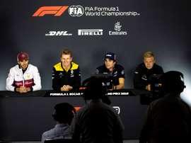 El piloto italiano de la escudería Alfa Romeo de Fórmula Uno, Antonio Giovinazzi (izda), el alemán de Renault Nico Hulkenberg (2i), el canadiense de Racing Point, Lance Stroll (2d), y el danés de Haas, Kevin Magnussen, ofrecen una rueda de prensa en el circuito de Bakú (Azerbaiyán). EFE
