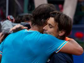 El tenista español Rafael Nadal (i) abraza a su compatriota David Ferrer (d) tras derrotarlo en el partido de tercera ronda del Open Barcelona Banc Sabadell que han disputado este jueves. EFE
