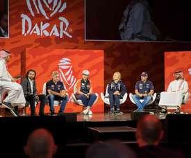 (De izq a der) Fotografía que muestra a los pilotos David Castera, Carlos Sainz, Laia Sanz, Andrea y Stephane Peterhansel y al héroe local Yazeed Al-Rajhi, durante la presentación del rally Dakar 2020, este jueves en Al Qiddiya (Arabia Saudí). EFE
