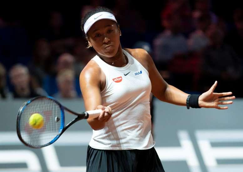 - La tenista nipona Naomi Osaka devuelve la bola a la taiwanesa Su-Wei Hsieh durante el partido de octavos de final del torneo de Stuttgart (Alemania) disputado este jueves. EFE