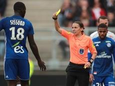 Así fue el debut de la primera mujer árbitro de la Ligue 1. EFE/EPA