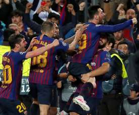 Van Dijk e Robertson rendem-se a Leo Messi. EFE