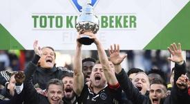 El Ajax dio su primer paso hacia el triplete. EFE