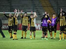 Fénix vuelve a pinchar y da una oportunidad de oro a Peñarol. EFE