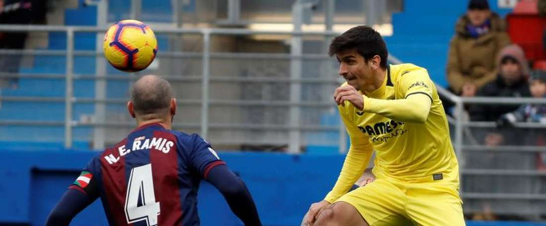 Ramis is concerned with Eibar's defending. EFE