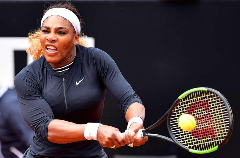La tenista estadounidense Serena Williams devuelve la bola a la sueca Rebecca Peterson durante la primera ronda del torneo de Roma celebrado este lunes en Roma, Italia, 13 de mayo de 2019. EFE