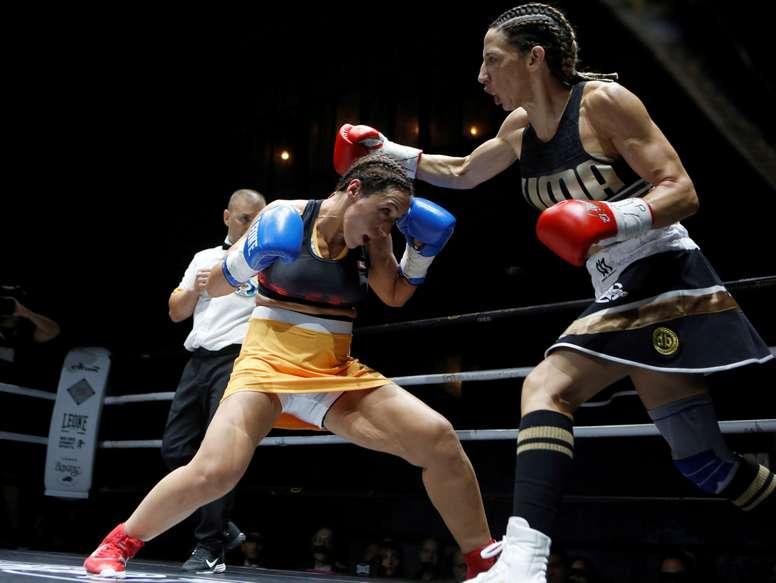 La boxeadora gaditana Jennifer Tormenta Miranda (d) durante un combate con la catalana Jessica La Espartana Sánchez en 2018. EFE/Archivo