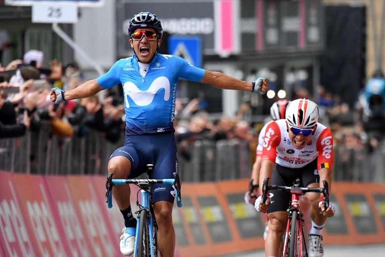 El ciclista ecuatoriano Richard Carapaz del equipo Movistat (i) esprinta para vencer en la cuarta etapa del Giro de Italia, de 235 kilómetros, ente Orbetello y Frascati, Italia. EFE