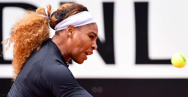 La tenista estadounidense Serena Williams devuelve la bola a la sueca Rebecca Peterson ayer en Roma, Italia. EFE/Archivo