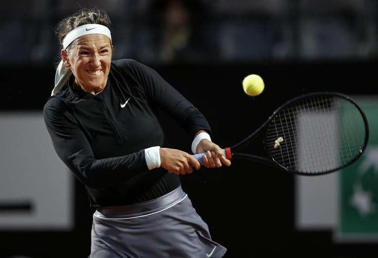 Victoria Azarenka de Bielorrusia devuelve una bola a Elina Svitolina de Ucrania este martes en un juego de la segunda ronda del Abierto de Tenis de Italia en Roma (Italia). EFE/RICCARDO ANTIMIANI