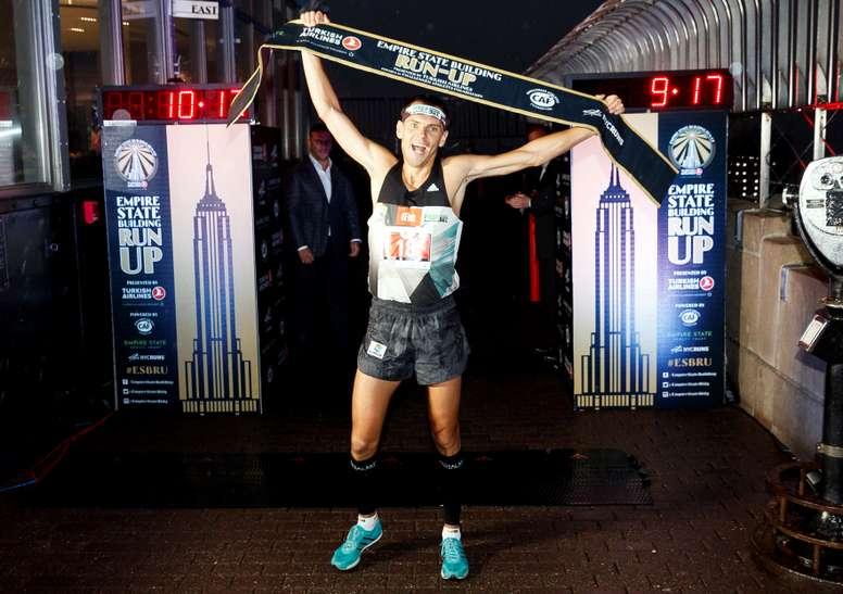 El polaco Piotr Lobodzinski celebra al ganar la edición 42 de la Carrera de ascenso anual al edificio Empire State este martes en New York (EE.UU.). EFE