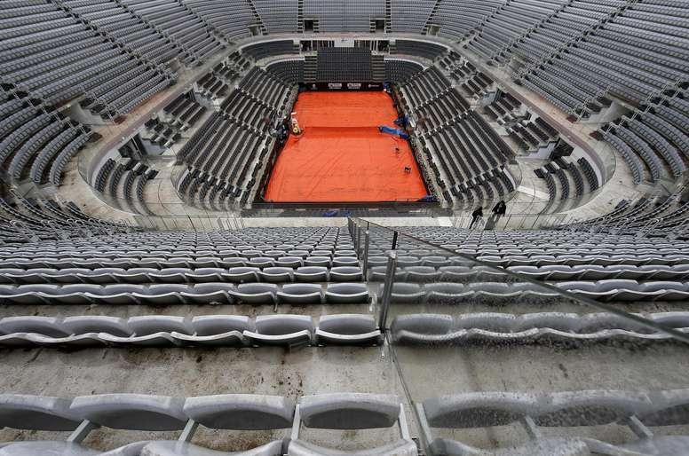 Vista general de la pista central tras suspenderse todos los partidos del Abierto de tenis de Roma (Italia) por la lluvia, este miércoles. EFE