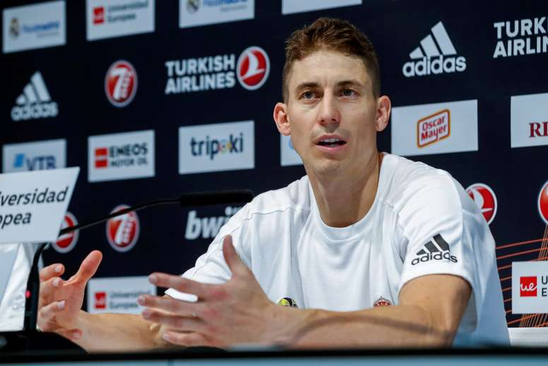 Jaycee Carroll, escolta del Real Madrid Baloncesto, durante la rueda de prensa que ofreció hoy tras el entrenamiento del equipo preparando la Final Four que se disputará en Vitoria. EFE