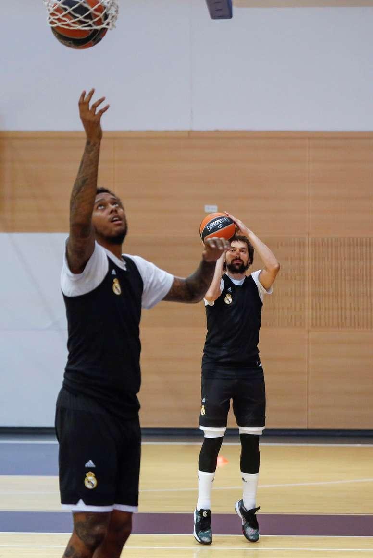 El Base-escolta Sergio Llull (d), y el Ala-pívot Trey Thompkins estadounidense durante el entrenamiento del Real Madrid de baloncesto esta mañana en Madrid. EFE