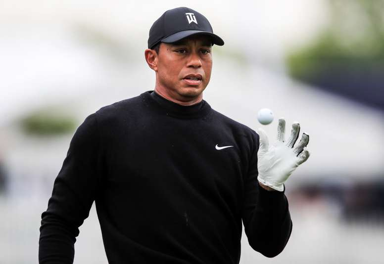 Tiger Woods de EE.UU. atrapa una bola durante una practica en el Campeonato PGA 2019 en Bethpage Black en Farmingdale, New York (EE.UU.). EFE