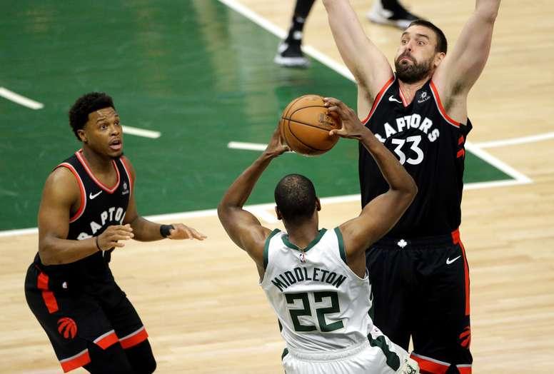 Khris Middleton (c) de Milwaukee Bucks pasa el balón frente a Marc Gasol (d) de Toronto Raptors este miércoles durante el primer juego de la final de la Conference Este de la NBA entre Toronto Raptors y Milwaukee Bucks en Fiserv Forum en Milwaukee (EEUU). EFE