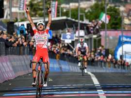 El ciclista italiano Fausto Masnada del equipo Androni Giocattoli Sidermec celebra su victoria en la sexta etapa del Giro dItalia, de 238 kilómetros entre Cassino y San Giovanni Rotondo (Italia). EFE
