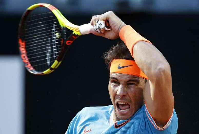 El tenista español Rafa Nadal en acción ante el georgiano Nikoloz Basilashvili durante un partido disputado este jueves por el pase a cuartos de final del Masters 1000 de Roma (Italia). EFE