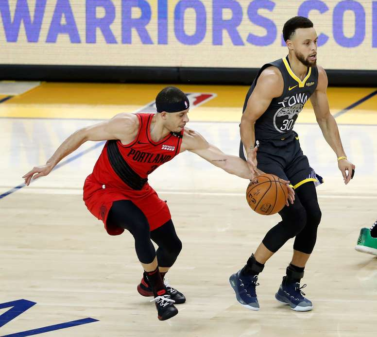 Seth Curry (i) de Trail Blazers en acción ante Stephen Curry (d) de los Golden State Warriors este jueves, durante el segundo juego por la final de los playoffs de la Conferencia Oeste de la NBA, entre los Golden State Warriors y los Portland Trail Blazers, en el Oracle Arena en Oakland, California (EE.UU.). EFE