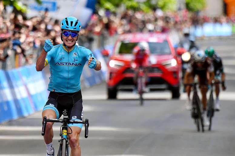 El español Pello Bilbao del equipo Astana celebra este viernes su victoria tras la séptima etapa del Giro de Italia, un recorrido de 185 kilómetros desde Vasto a LAquila (Italia). El vizcaínoPelloBilbao logró la primera victoria española en la presente edición del Giro de Italia al adjudicarse en solitario la séptima etapa en la que el italiano Valerio Conti (UAE) retuvo la maglia rosa de líder.EFE